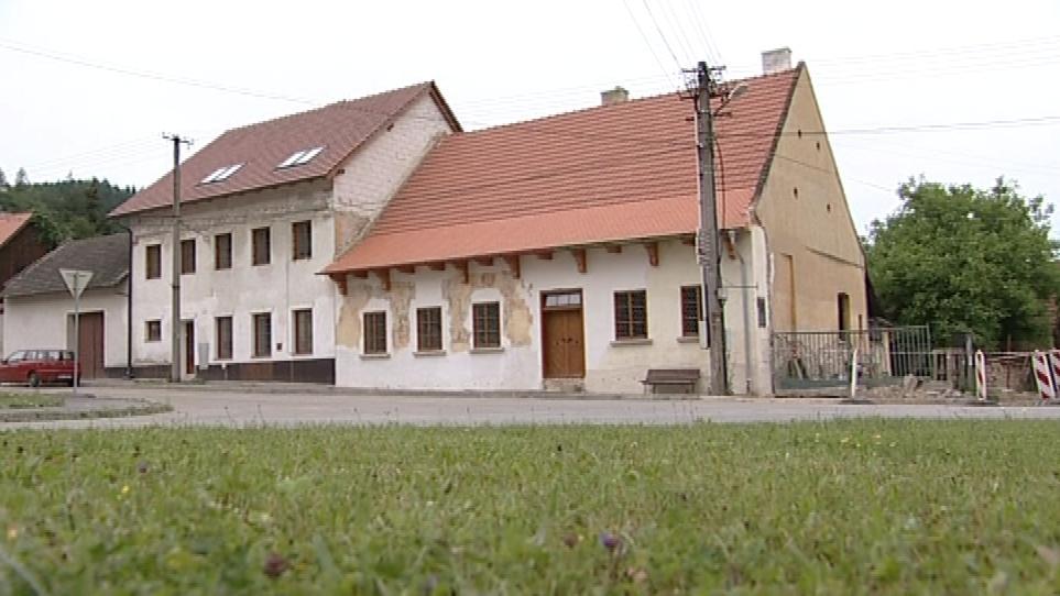 Dům v Nedvědici má na fasádě renesanční malby