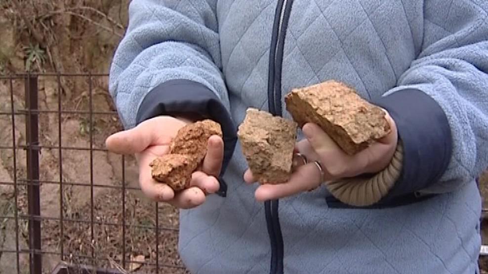Lidé na dvorcích stále sbírají kámen ze skály