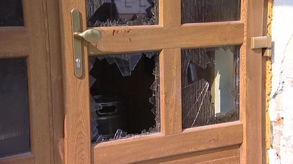 Útočníci rozbili dveře hospody