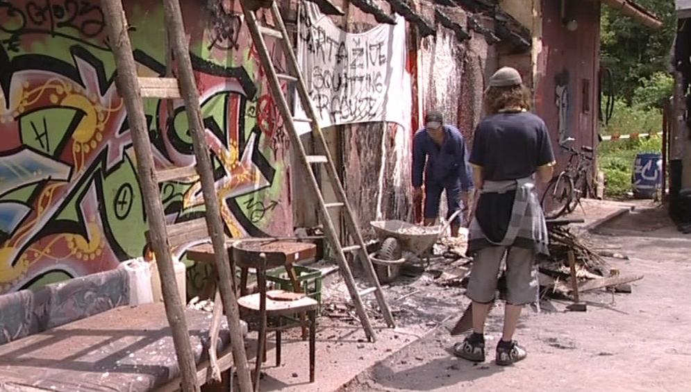 Squatteři si vyhořelé stavení chtějí opravit