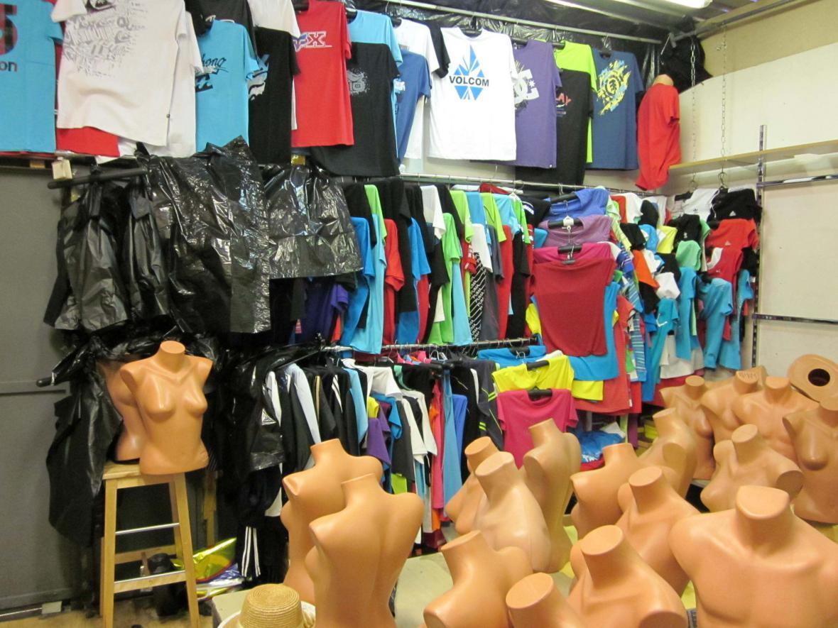 Celníci našli tři tisíce kusů padělaného oblečení