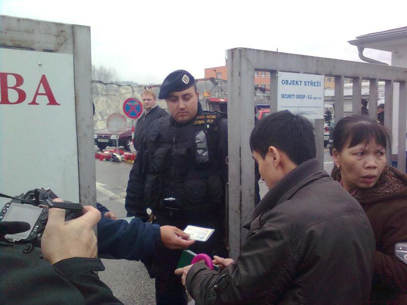 Policie pouští do objektu vyhořelé tržnice prodejce