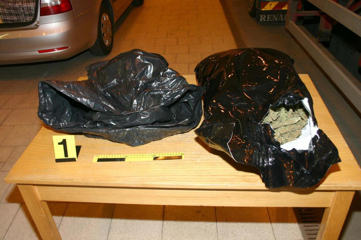 16 kilogramů marihuany zabavili celníci na D2