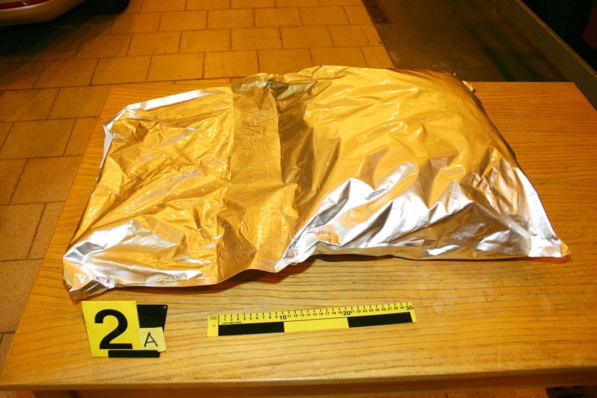 Celníci zajistili 16 kilogramů marihuany na D2