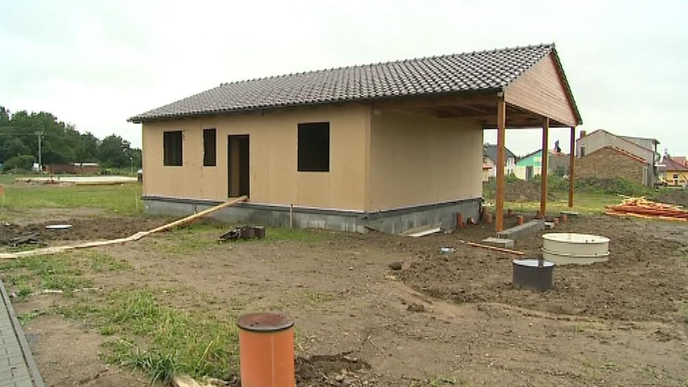 Rozestavěný dům z materiálů Tetra Pak na Kroměřížsku