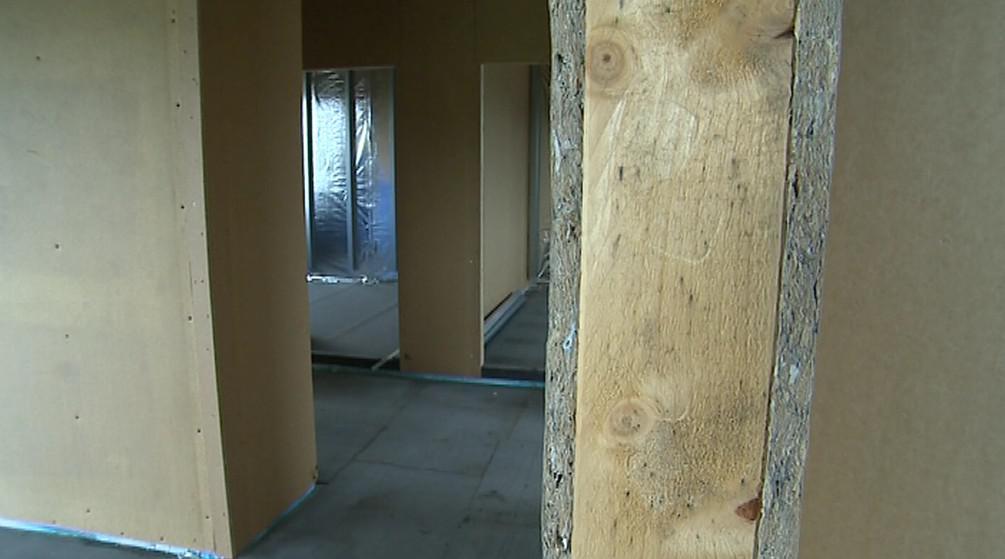 Interiér rozestavěného domu z materiálů Tetra Pak
