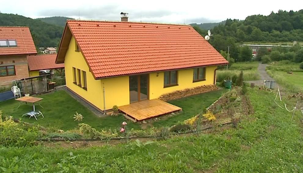 Dům postavený z materiálů Tetra Pak - na pohled k nerozeznání od cihlového