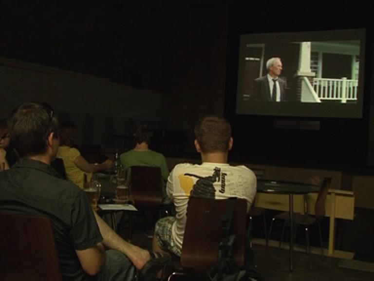 Projekce filmu v kinokavárně