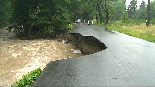 U Rusavy na Kroměřížsku velká voda strhla část silnice
