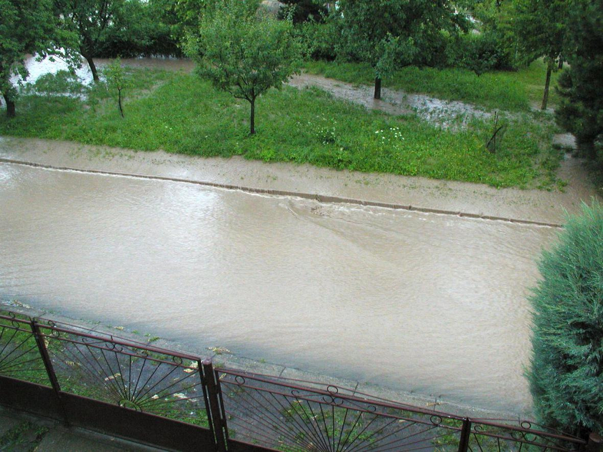 Po silnici tekl potok vody