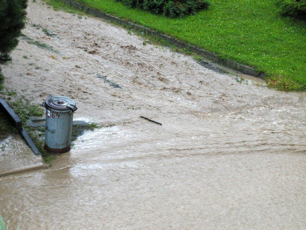 Prudké deště způsobily lokální záplavu