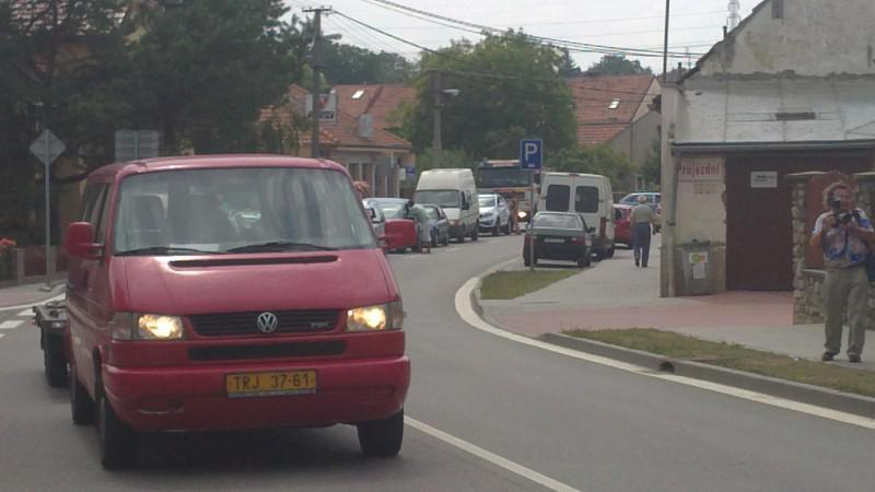 Při protestu v Bosonohách se tvořila kolona aut