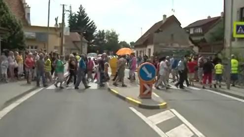Desítky lidí proudily po přechodu tam a zpátky