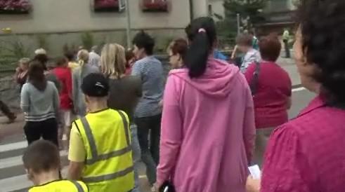 Desítky lidí chodily po přechodu tam a zpátky
