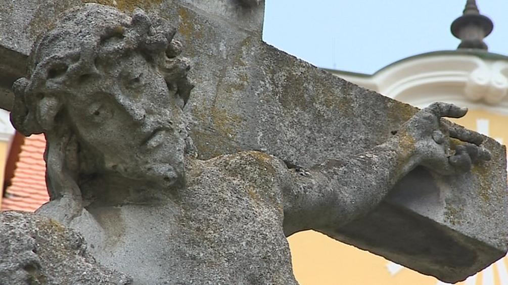 Velehradští chtějí sochy vrátit na most, památkáři se o ně bojí