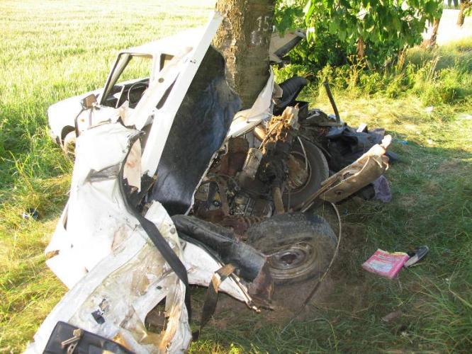 Ve vraku auta zemřeli 2 lidé