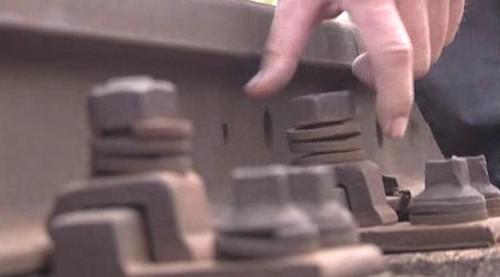 Drážní inspektoři kontrolovali upevnění šroubů na namátkově vybraných úsecích