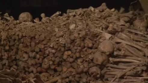 Kosti v kostnici pod kostelem svatého Jakuba