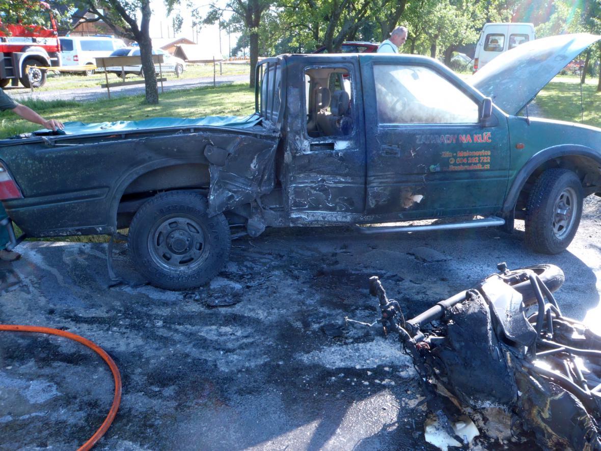 Oheň zničil auto i motorku