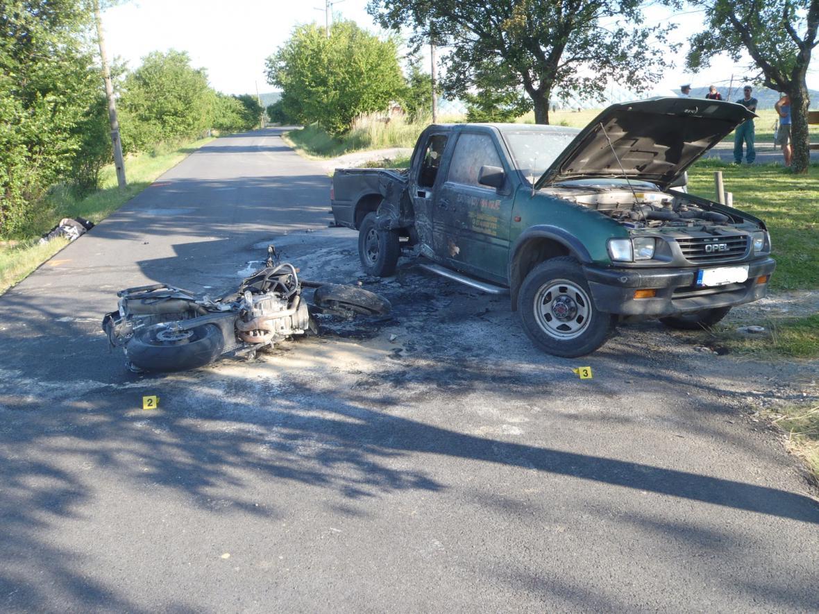 Po havárii shořel motocykl i auto