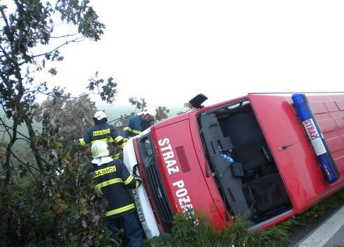 Polská hasičský dodávka se obrátila do příkopu