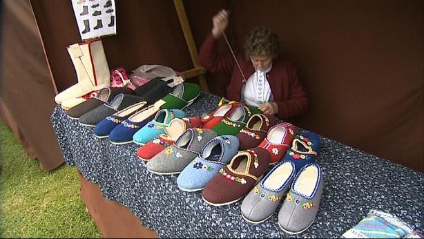 Návštěvníci si mohli koupit i pantofle z ovčí vlny