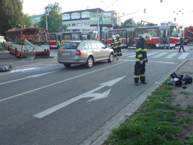 Nehoda trmamvaje, trolejbusu a osobního auta v Provazníkově ulici