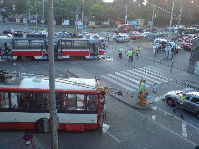 Nehoda tramvaje, trolejbusu a osobního auta v Provazníkově ulici