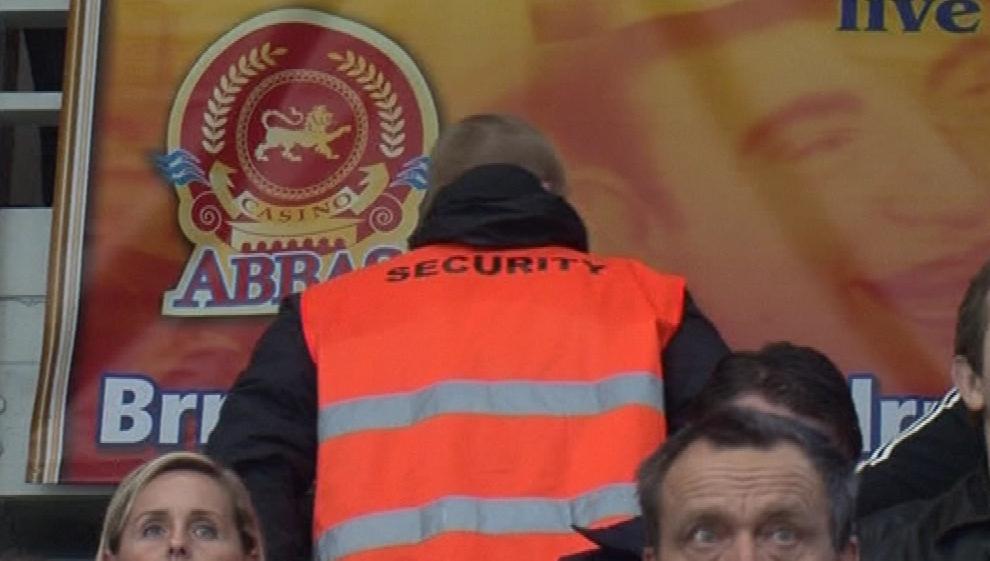 Člen ochranky na zápase hokejové Komety