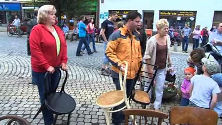 Židle na náměstí mohl přinést kdokoliv