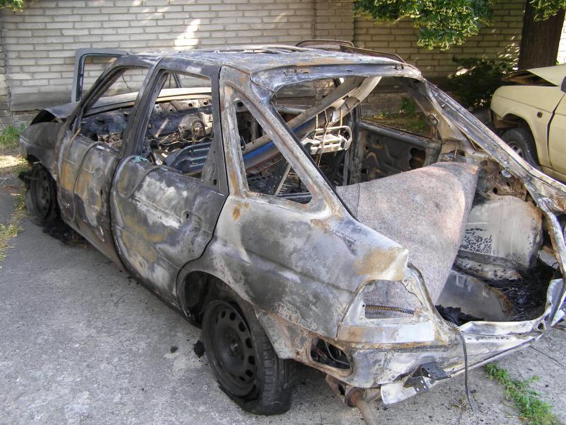 Požár havarované auto zcela zničil