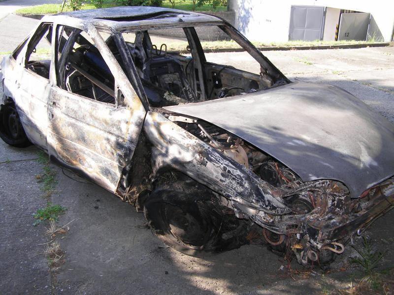 Auto po havárii shořelo