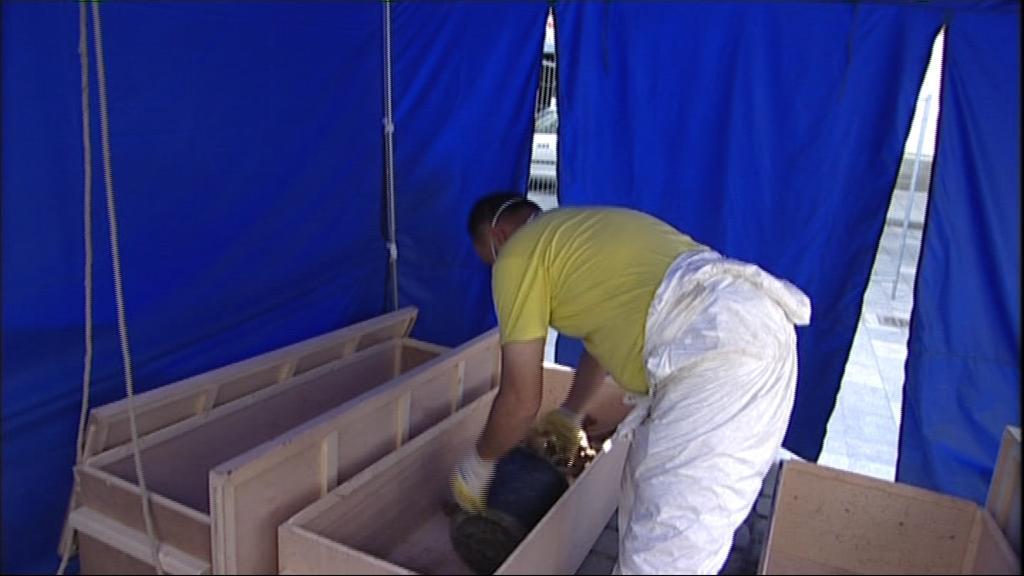 Převoz kostí a materiálu na Kraví horu