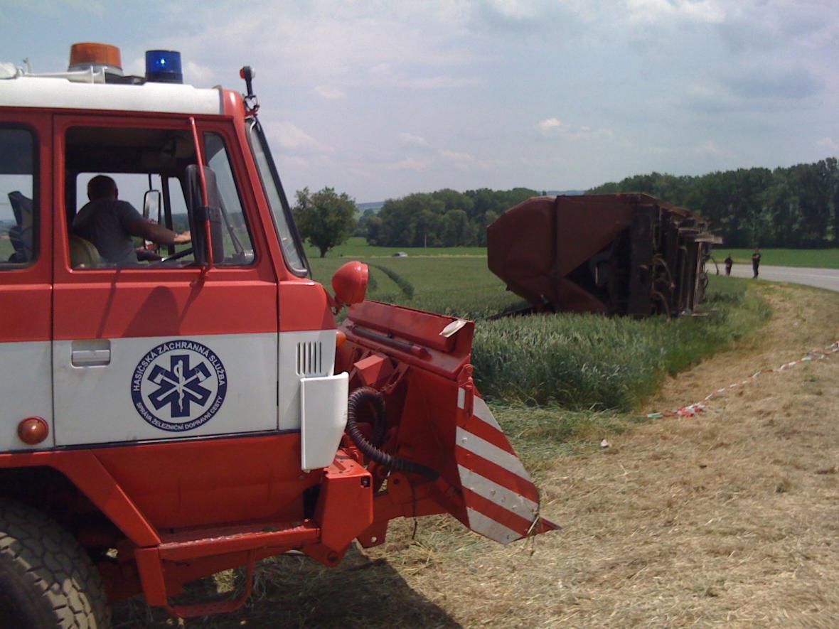 Hasiči pomáhají odklízet vykolejené vagóny
