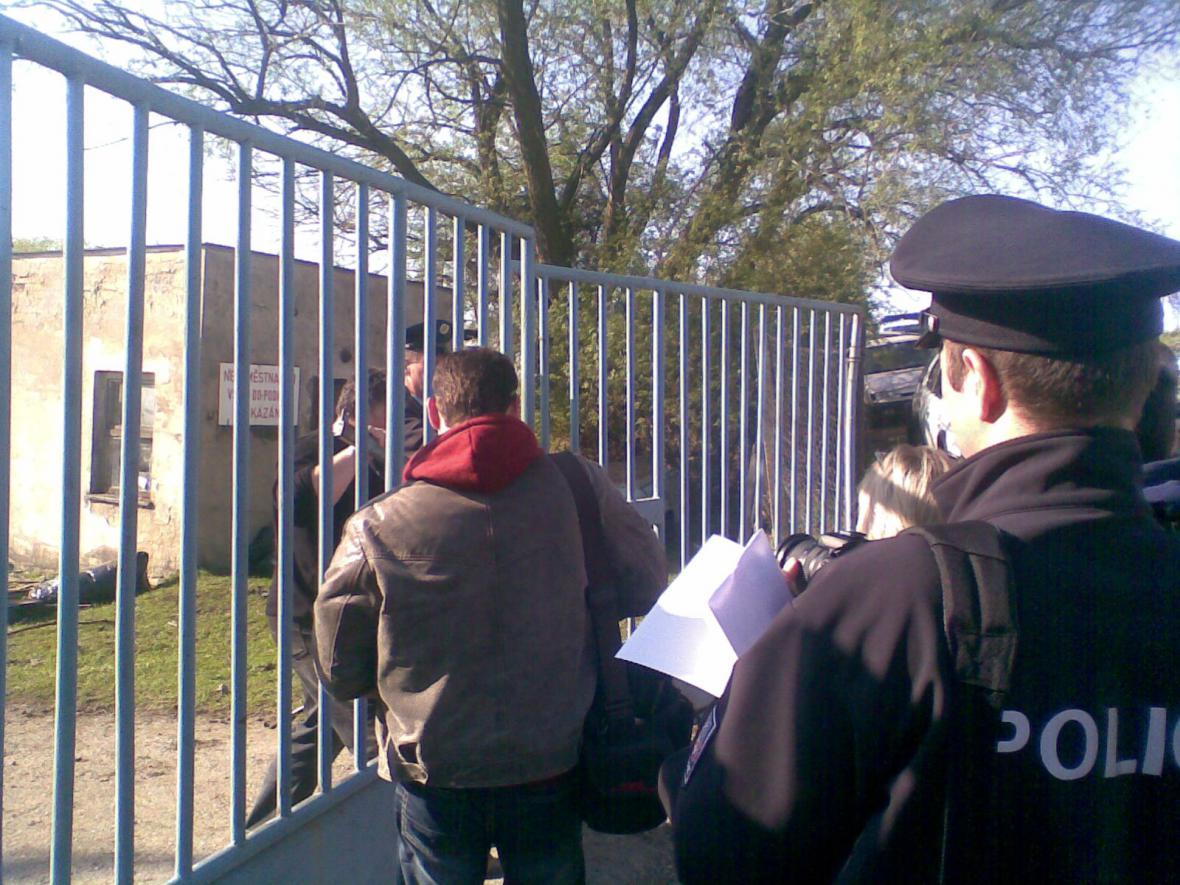 Odvoz zanedbaných zvířat z farmy v Břestku
