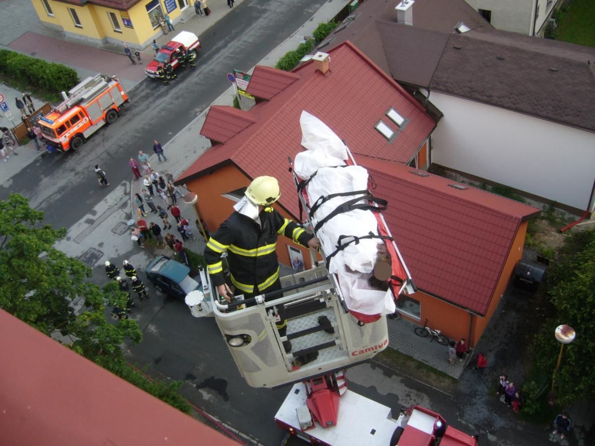 Muže hasiči evakuovali na plošině