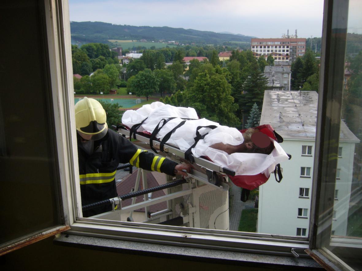 Hasiči zachřaňují muže z bytu