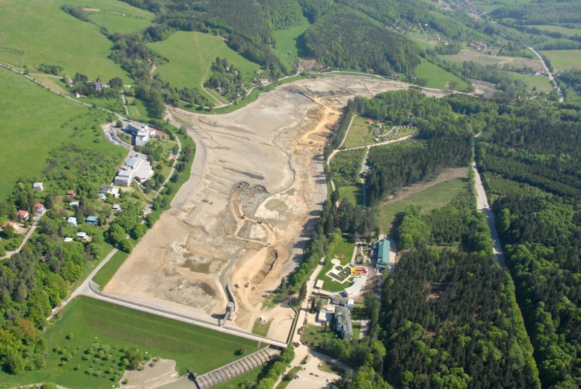 Vypuštěná Luhačovická přehrada - letecký pohled