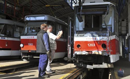 Inspektoři u havarované tramvaje