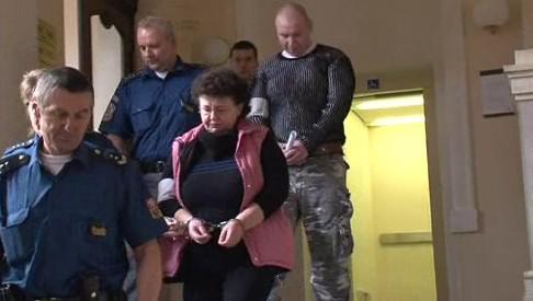 Justiční stráž vede Lenku Nevřivou k soudu