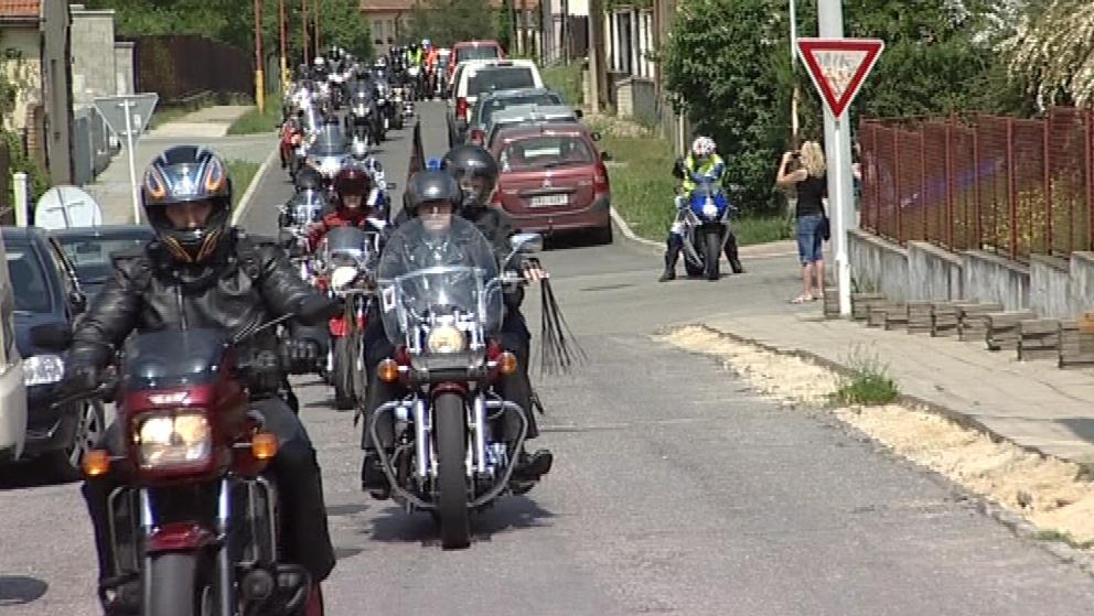 Kolem poledne k blanenské speciální škole přijelo šest desítek motorkářů