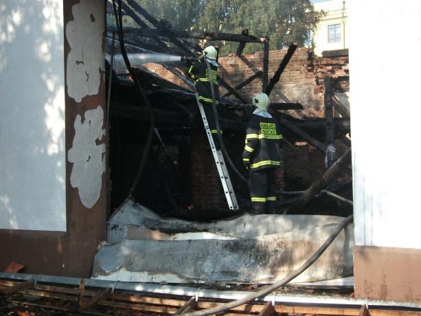 Hasiči poslední plameny dohašovali ještě 7 hodin po vzniku požáru