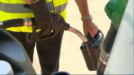 Pracovník ČOI odebírá kontrolní vzorek paliva