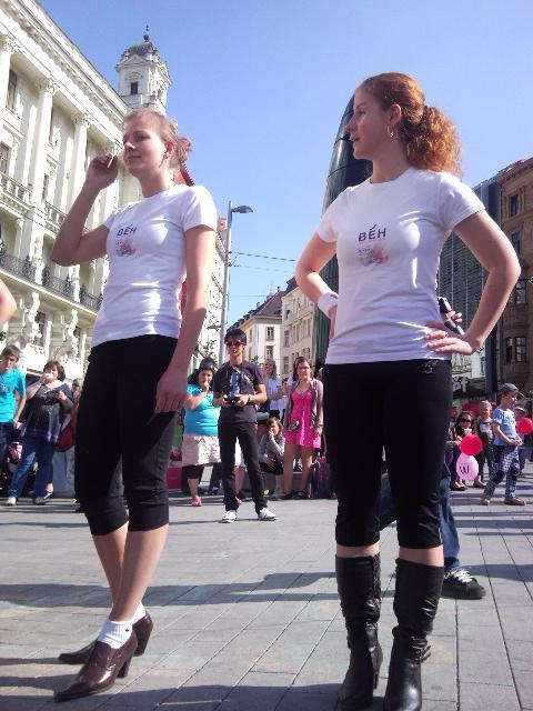 Běh na podpatcích na Náměstí Svobody v Brně