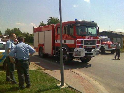 Hasiči přijeli likvidovat požár pneumatik
