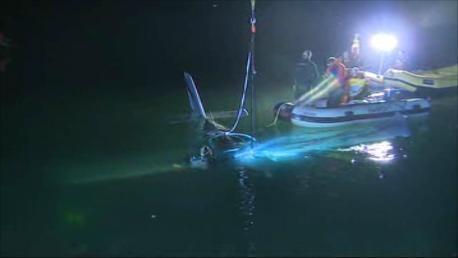 Letadlo z jezera lovili hasiči do nočních hodin