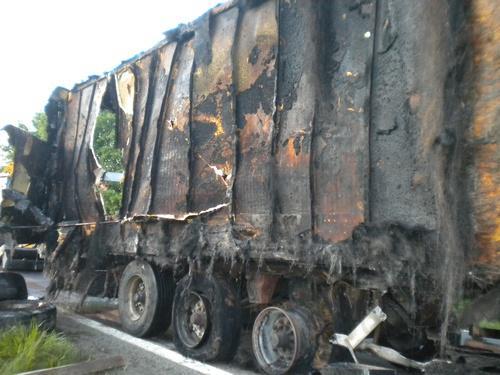 Torzo kamionu, který strávily plameny