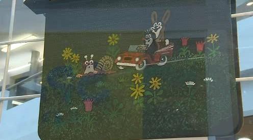 Klapka s Krtečkem, kterou namaloval Zdeněk Miler