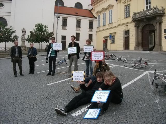 Cyklisté blokují parkovací místa pro brněnské zastupitele