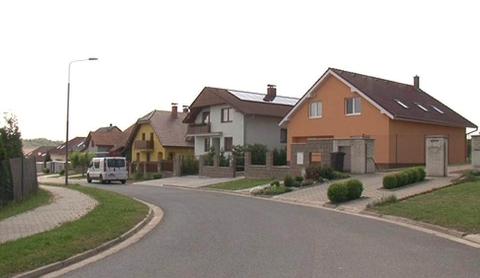 Obchvat by měl vést 200 metrů od těchto domů